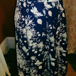 Long skirt with pockets